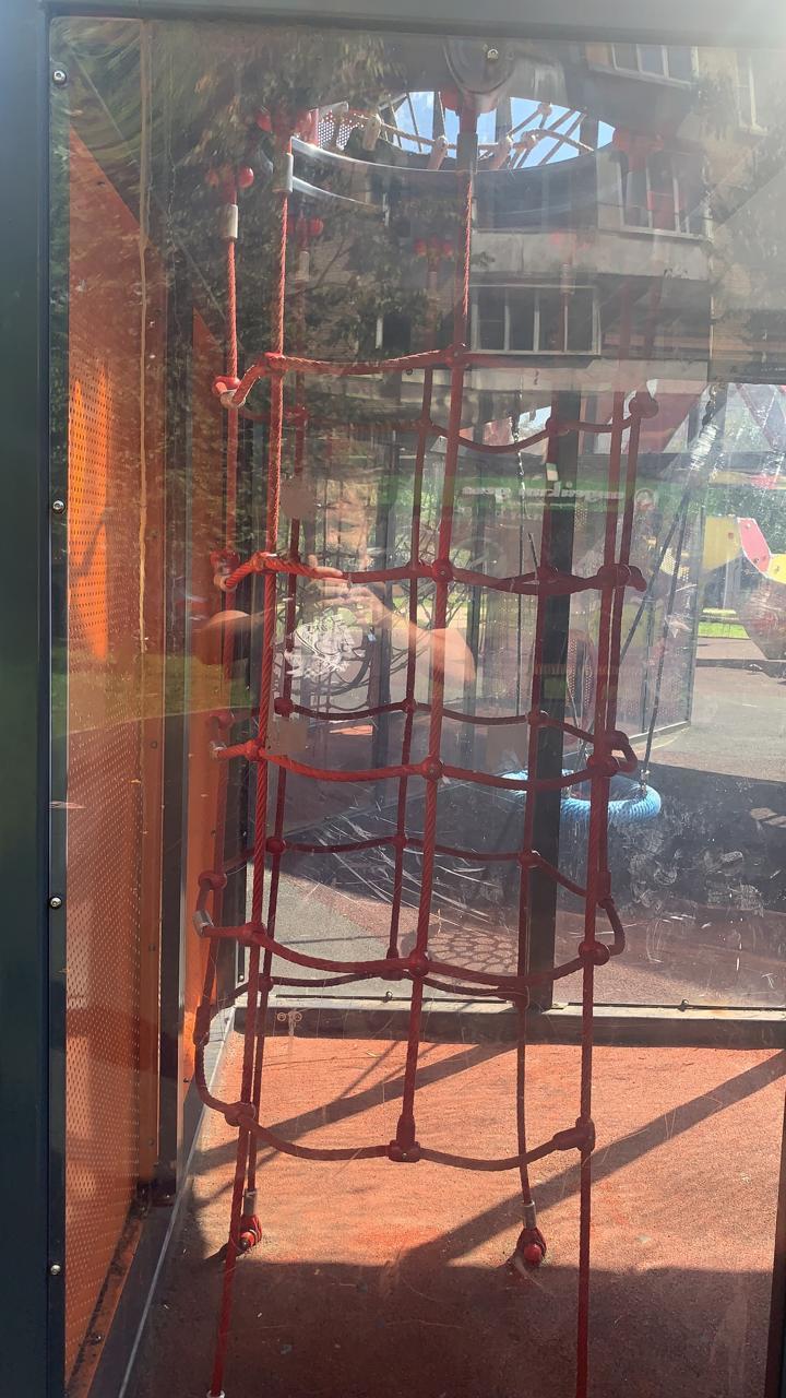Против мужчины, сын которого упал на детской площадке, возбудили дело