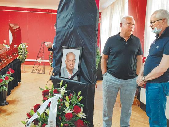 7 августа в Крыму погиб по нелепой случайности, упав со скалы, вице-президент Гильдии продюсеров России Виктор Глухов
