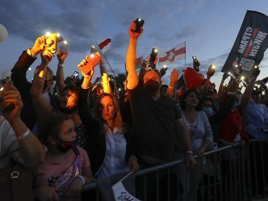 У здания посольства Республики Беларусь вечером 10 августа прошла акция в поддержку европейских устремлений соседней постсоветской республики