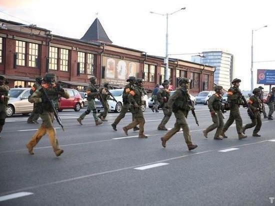 На улицах Минска слышны взрывы и выстрелы, работает военный спецназ