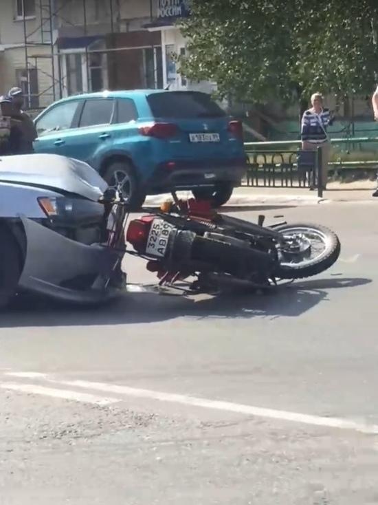 Не уступил дорогу: в Ноябрьске автомобиль сбил мотоциклиста