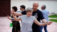 Репетиция танцующих псковских пенсионеров превратилась в концерт на свежем воздухе