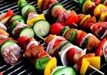 Дополнение в виде свежих овощей и зелени к шашлыку делают мясо безвредным