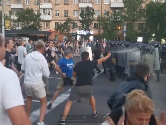 В центре Бреста протестующие атаковали ОМОН