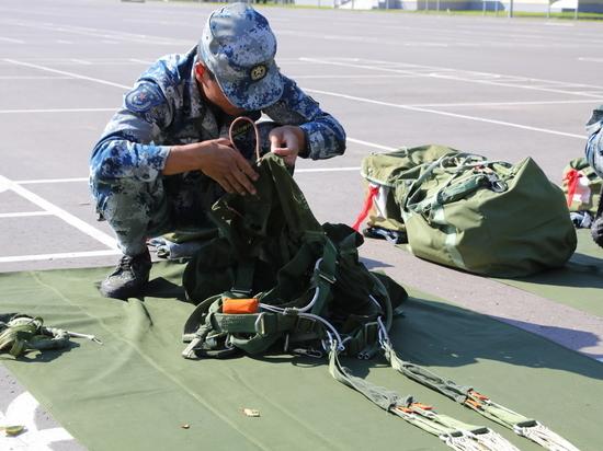 Китайские военные уложили парашюты под Псковом