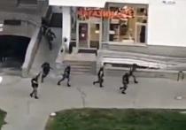 ОМОН расстрелял кричащих с балкона людей в Минске