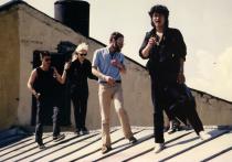 Тридцать лет назад Виктор Цой нелепо погиб в аварии, но его песни до сих пор поют, а фильмы с его участием смотрят