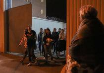 После двух дней забастовок трудовых коллективов Белоруссии, власти неожиданно пошли на уступки оппозиции, которая бунтует по всей стране с 9 августа Из тюрем были отпущены тысяча задержанных на акциях протеста по всей стране