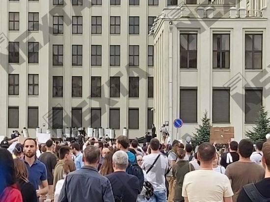 Две многотысячных колонны - работников Минского тракторного завода и участников шествия против насилия - объединились, перекрыли проспект Независимости и подошли к дому правительства