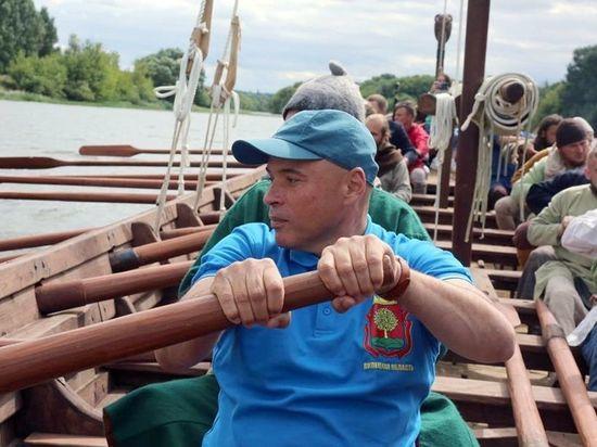 Липецкий губернатор отправился в плавание на средневековой лодке