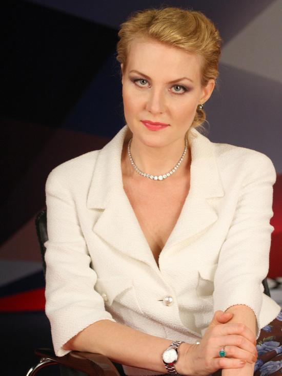 В Instagram режиссера и актрисы Ренаты Литвиновой появились обнаженные портреты ее самой, а также актрис Светланы Ходченковой и Софьи Эрнст за рулем автомобиля в стиле нуар