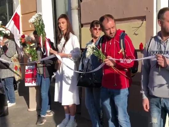 В Москве люди выстроились цепью в поддержку протестующих в Белоруссии