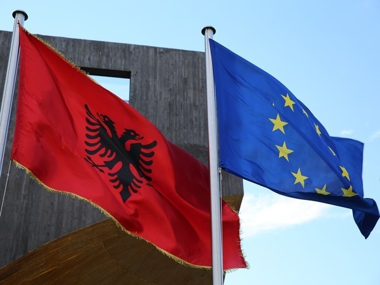 Тысячи людей заблокировали дорогу у границы между Грецией и Албанией