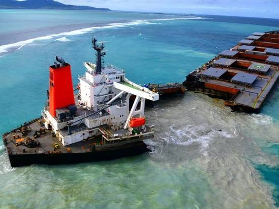 Севшее на мель у берегов Маврикия судно раскололось пополам