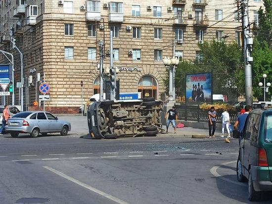 Маршрутка с пассажирами перевернулась в центре Волгограда