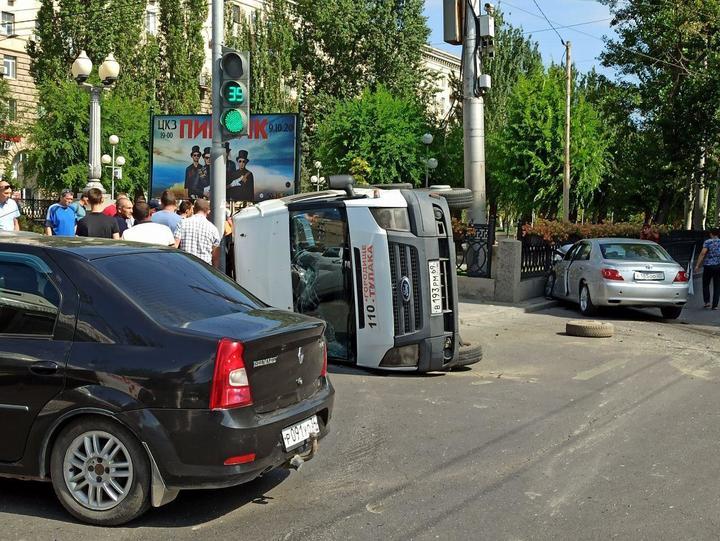 В центре Волгограда перевернулась маршрутка с пассажирами, фото-2