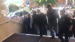 Михаил Ефремов приехал в суд: черный пиджак, уверенная походка