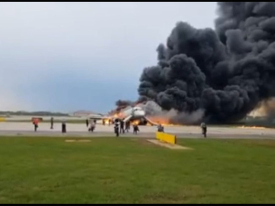 До сих пор не известно, почему в горящем самолете открылась  задняя дверь