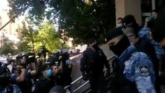 Ефремова вывели из здания суда: молча сел в машину
