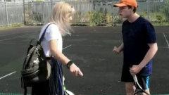 Разъяренная мать устроила поножовщину на спортплощадке: гневное видео