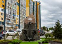 На набережной Новосибирска открыли памятный знак в виде парусника