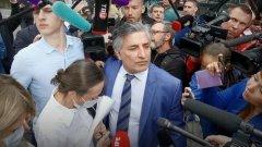 Жена Ефремова растерялась, попав в толпу журналистов: видео