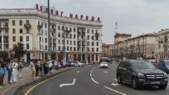 В Минске протестующие выстроились в живую цепь вокруг площади Победы