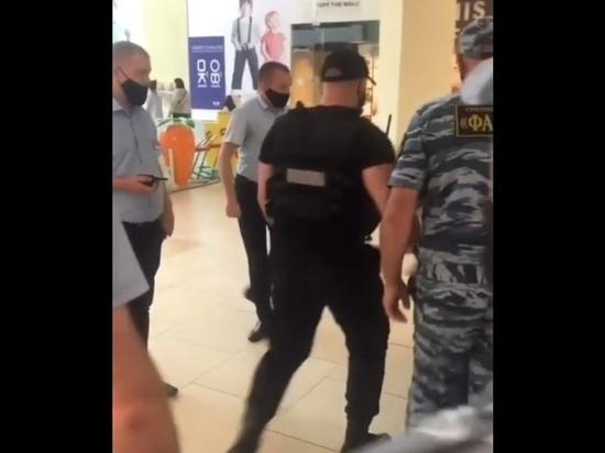 В Сочи охранники под крики и плач ребенка увели с собой мужчину, не надевшего маску