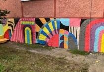 В Новом Уренгое цоколь здания расцвел красками под стать американскому стрит-арту