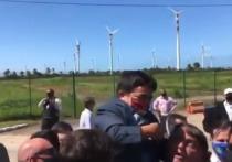Президент Бразилии Жаир Болсонару перепутал карлика с ребенком и поднял на руки взрослого мужчину