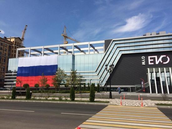 Гигантский триколор развернули на площади Ставрополя