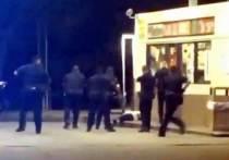 Полицейские в американском штате Луизиана при задержании застрелили темнокожего мужчину, правозащитники назвали инцидент еще одним примером полицейского насилия