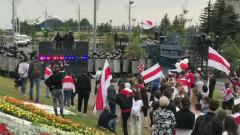 Митингующие вплотную подошли к резиденции Лукашенко: поют и танцуют