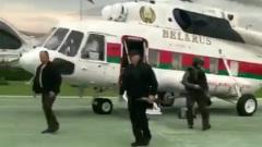 Лукашенко прилетел в оцепленный Дворец Независимости: бронежилет, автомат в руках
