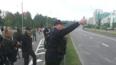 Лукашенко с автоматом вышел за оцепление и поблагодарил силовиков