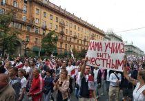 В воскресенье в Минске прошло шествие оппозиции.  Когда нас спрашивают, сколько белорусов вышли на улицы города, мы не находим ответа. 100, 200 тысяч – разве можно посчитать такое море людей? Хотя власти каким-то образом посчитали - «порядка 20 тысяч человек собралось на несанкционированный митинг». Наши спецкорры наблюдали,  как власти устроили психологическую атаку на протестующих, пустив из динамиков душещипательные песни, и кто провоцировал народ на беспорядки.