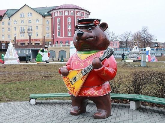 В Рязани на Лыбедском бульваре на ребенка упала фигура медведя