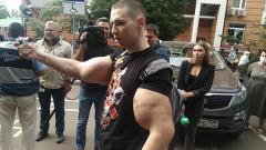 Перед заседанием по делу Ефремова собравшихся развлекал блогер Руки-базуки