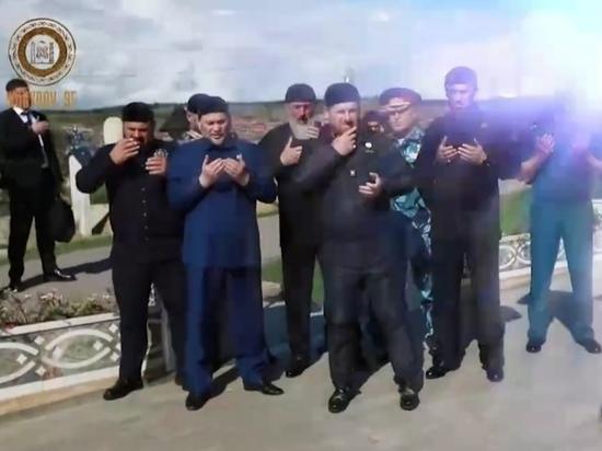 Кадыров опубликовал видео с могилы отца
