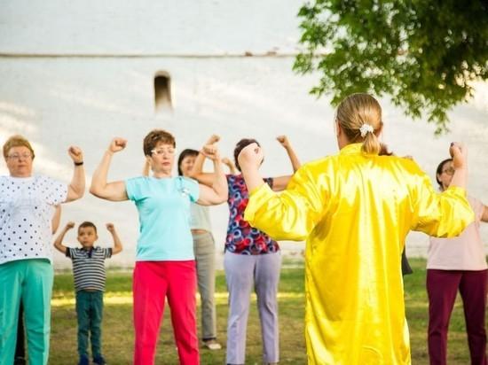 Астраханские пенсионеры занимаются дыхательной гимнастикой цигун