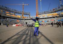 Через два года в Катаре пройдет чемпионат мира по футболу, который впервые в истории запланирован на осенне-зимние месяцы. Исторический он еще и потому, что столько скандалов с его проведением не было никогда: все началось с коррупции при выборе страны-хозяйки, затем продолжилось невыносимыми условиями для строителей объектов, теперь же пандемия коронавируса значительно снизила доход Катара, который не платит трудящимся мигрантам.