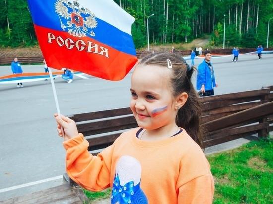 Как Югра отметила День российского флага