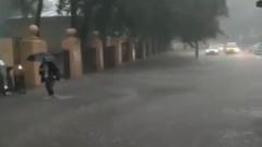 Наводнение в Москве: люди и машины пробираются сквозь воду