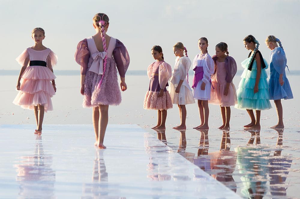 Невероятная красота: в Крыму провели показ мод на Розовом озере