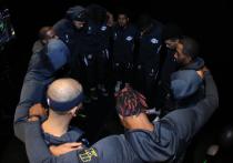 23 августа в Висконсине полицейские несколько раз выстрелили в спину темнокожему мужчине на глазах у его детей. Инцидент, где пострадавший афроамериканец получил серьезные ранения, разозлил игроков НБА и некоторых других спортсменов, готовых бойкотировать свои турниры из-за бездействия владельцев клубов. «МК-Спорт» расскажет, что известно на этот час.