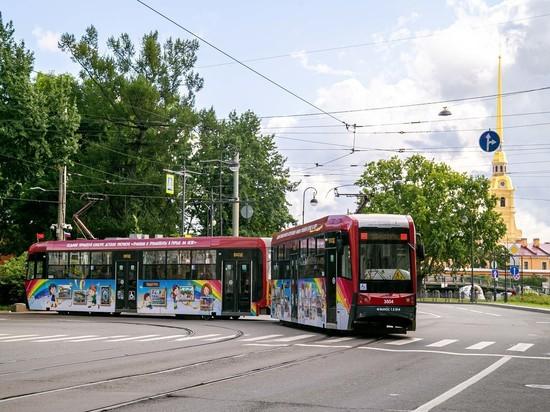 В Петербурге на маршрут вышел трамвай с детскими рисунками на бортах