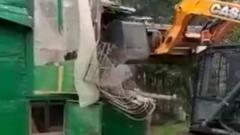 Бульдозер снес старейшую голубятню в Москве: птицы пострадали