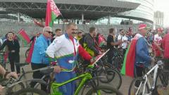 Старший сын Лукашенко приехал на велосипеде на митинг в поддержку отца
