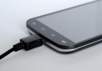 Оставлять зарядное устройство в розетке нельзя никогда, поскольку это может привести как к порче зарядки, так и к возгоранию