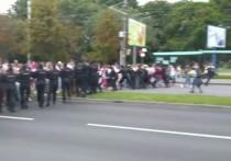 """В ходе несанкционированной """"женской акции"""" в центре Минска в субботу участницы шествия сумели пробиться сквозь милицейское оцепление"""